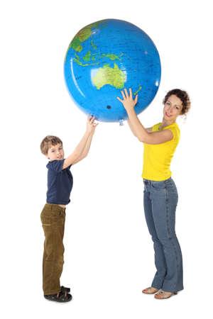 madre tierra: madre e hijo sosteniendo globo inflable grande y mirando a c�mara, vista lateral, aislado Foto de archivo