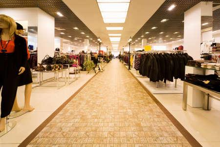 plaza comercial: gran tienda de ropa, ropa de oto�o y la recolecci�n de las bolsas de las mujeres