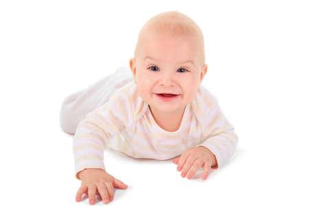 bebe gateando: niño se arrastra a cuatro patas, mirando y sonriendo. aislado. Foto de archivo
