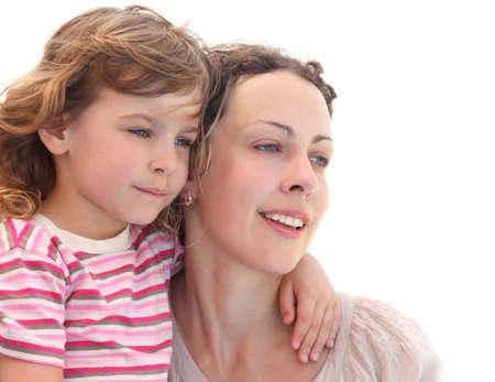 padres e hijos felices: retrato de niña abrazando a su madre, medio cuerpo, aislado en blanco Foto de archivo