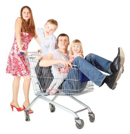 comprando zapatos: familia con dos hijos. padre con el hijo y la hija está sentada en el carrito de compras. Foco en la cara del padre. aislado.