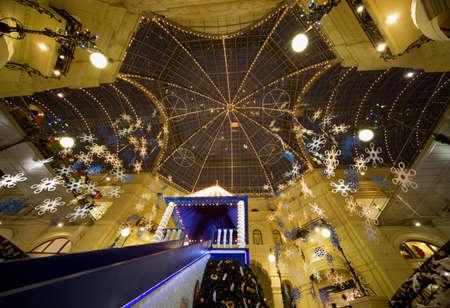 festones: comercial interior moderno centro de la noche. Techo de cristal escorzo desde abajo. GUM, Mosc�, Rusia