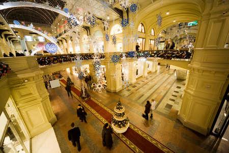 festones: comercial interior moderno centro de la noche. GUM, Mosc�, Rusia