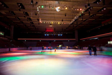 patinaje: gran pista de patinaje cubierta con multi-color de iluminación en el complejo deportivo