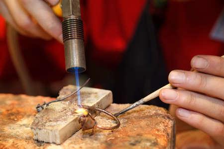 repairing: Maestro joyero ornamento de la soldadura. Imagen de las manos y los productos de cerca.