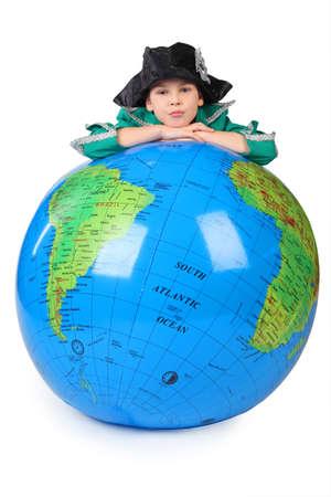 descubridor: muchacho en alineada hist�rica se apoya en la barbilla globo inflable en las manos aisladas en blanco