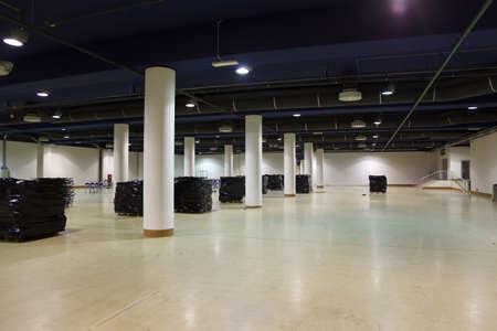 mounted: Grote, lege magazijn. Ventilatie en verlichting is gemonteerd op het plafond.