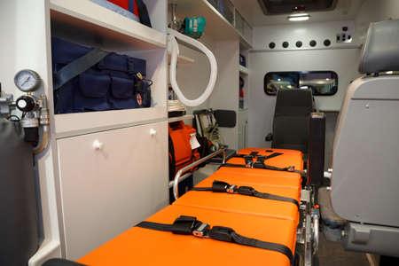 paciente en camilla: Equipo para ambulancias. Vista desde el interior.