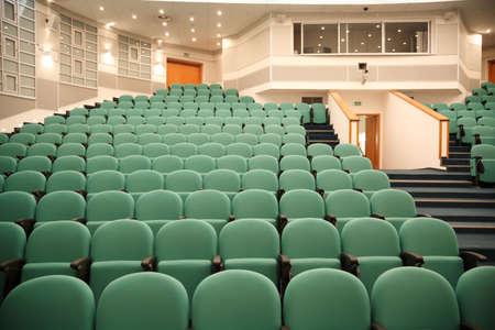 Interno della sala per conferenze. File di sedie per gli spettatori.