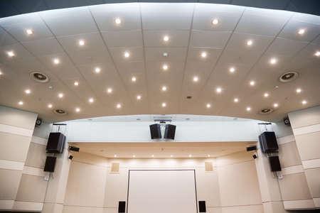 Video-scherm en een audiosysteem voor het bekijken van presentaties