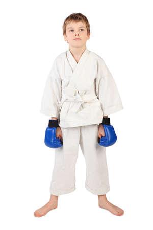 boxeador: joven boxeador poco en el vestido blanco y azul las manos guantes de boxeo abajo aislado en blanco Foto de archivo