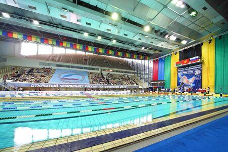 piscina olimpica: MOSCU - El 05 de octubre: Ceremonia de recompensar a los ganadores en el campeonato abierto de Rusia en la nataci�n de 2010 en complejo deportivo Ol�mpico el 5 de octubre de 2010 en Mosc�, Rusia. Editorial