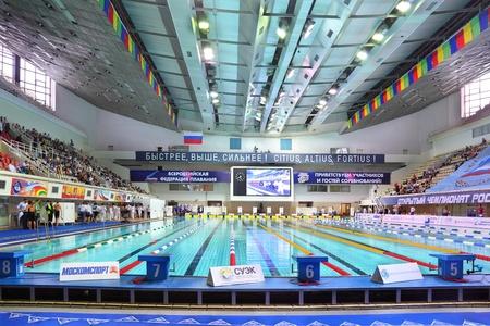 """piscina olimpica: MOSCU - El 05 de octubre: Cuatro plataformas de inicio en el campeonato abierto de Rusia en la natación de 2010 en complejo deportivo """"Olímpico"""", el 5 de octubre de 2010 en Moscú, Rusia. Editorial"""