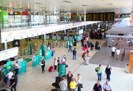 beh�rde: DUBLIN - 13. Juni: Im Inneren des Geb�udes Flughafen am 13. Juni 2010 in Dublin, Irland. Irish Aviation Authority Zahlen zeigen, Verkehr Flughafen Dublin zur�ckgegangen ist um 10 Prozent im Jahr 2010 im Vergleich zum Vorjahr