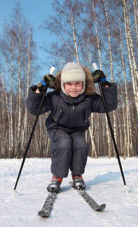 ni�o en patines: Patines de j�venes varones en esqu� de fondo dentro de los bosques en invierno en el d�a soleado