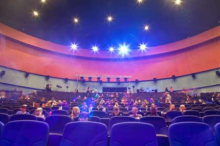 """MOSKOU - 27 maart: Concert Hall """"Mir"""" met een aantal mensen voor de wedstrijd Hip Hop International - Kopje Rusland 2010, 27 maart in Moskou, Rusland. Uitzicht vanaf het podium. Hall bevat 923 stoelen."""
