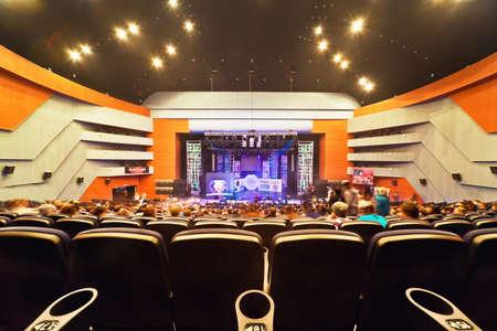 MOSCÚ - 27 de marzo: Sala de conciertos con la gente durante el concurso de Hip Hop Internacional - Copa de Rusia de 2010, 27 de marzo en Moscú, Russia.View en el escenario de un extremo pasillo. Pasillo contiene 923 butacas, la escena: la profundidad a 10 metros, anchura - 22 m, altura - 1,5 m.