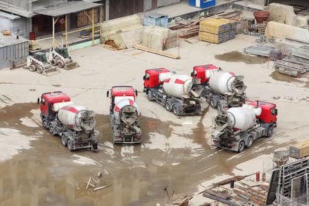 materiales de construccion: Las hormigoneras, tractores y materiales de construcción en la gran área