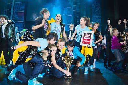 gogo girl: MOSKAU-27. März: Breakdancer auf der Bühne feiern Preis im Wettbewerb Hip Hop International - Cup of Russia 2010, 27. März in Moskau, Russland. Gruppe SM - Super Girls zeigten eine hohe Klasse und Team-Kohärenz und den ersten Platz in Erwachsene Katze!