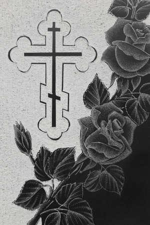 memorial cross: lápida de granito negro con la imagen de grabado, rosas ornamento y la cruz cristiana Foto de archivo