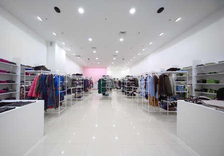 magasin: A l'int�rieur du grand magasin, une salle blanche avec des v�tements sur les �tag�res et v�tements d'ext�rieur suspendu