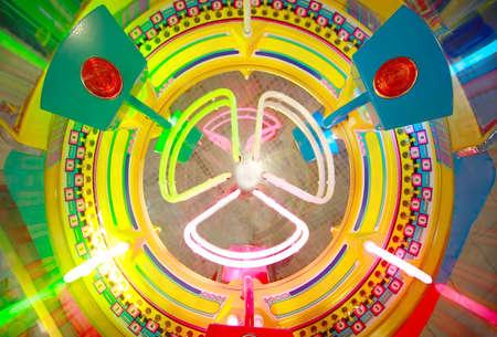 rueda de la fortuna: Vista cercana de la ruleta de colores electrónica en la máquina de arcade