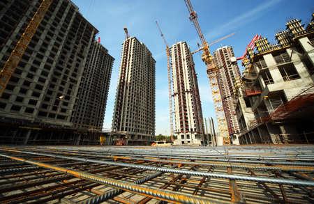 concreto: Entre los edificios altos en construcci�n y gr�as bajo un cielo azul