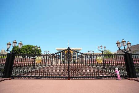 bandera de panama: La entrada al palacio del sult�n de Om�n. ni�a que llevaba sombrero de Panam� busca en el edificio.