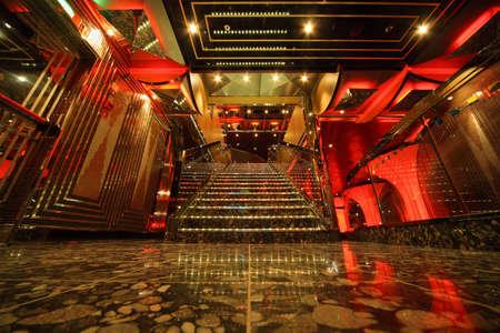 GOLFO PERSICO - 14 aprile: scale interne sala grande del Costa Deliziosa - la più recente nave da crociera Costa, 14 aprile 2010 nel Golfo Persico. Costa Crociere - crociere aziendali bigest in Europa. Editoriali