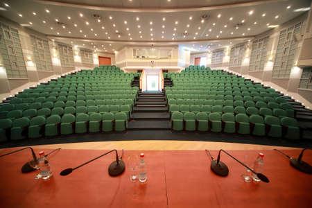 exhibition crowd: Ingresso Interni e frontale in grande sala conferenze. Tipo dalla scena.