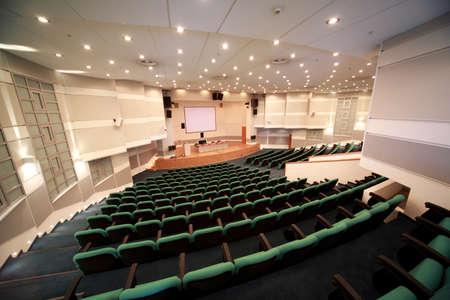 conferentie: Interieur van de conferentie zaal en de scène registratie. Uitzicht vanaf afgezien van reserve-ingang.