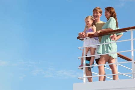 若い家族が夏レジャー モーター船でのクルーズで