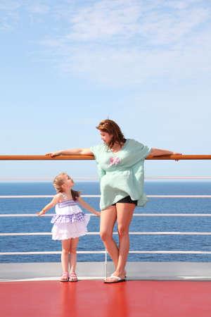stark: Mutter und Tochter, die sehr stark lieben einander auf hoher See an Deck der Yacht