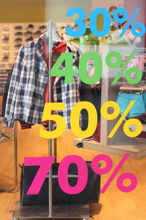 in vendita in negozio di abbigliamento informale, l'adesivo con il numero di percentuali sulla finestra