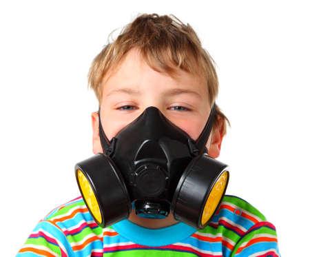 mascara de gas: Chico rubio pequeño tornillo hasta los ojos en seres respirador de negro sobre un fondo blanco