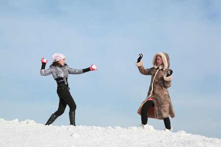palle di neve: Due ragazze giocare a palle di neve e ridere