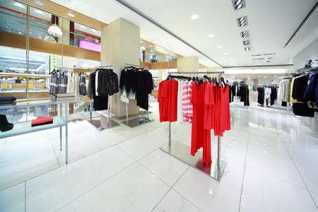 明るい女性のような服の部門の店では