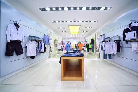 Des vêtements confortables et élégants sont à vendre dans la boutique