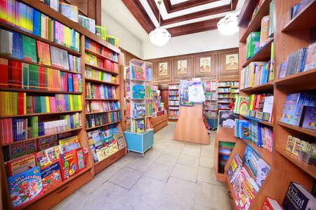 """etagere murale: MOSCOU-MARS 07: Librairie """"Maison du livre p�dagogique"""", Mars 07, 2010, Moscou, Russie. Histoire de la """"Maison du livre p�dagogique"""" a commenc� en 1924 grammes. Editeur"""