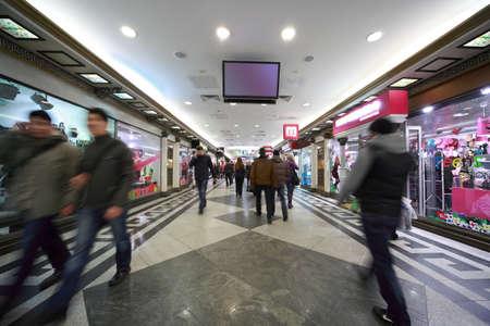 centro comercial: MOSCU-07 de marzo: La gente en Okhotny centro comercial subterr�neo Ryad, 07 de marzo de 2010, Mosc�, Rusia. Consta de 4 niveles y se va a la baja en la tierra en la profundidad de 18 m. - Es uno de los puntos de venta y entretenimiento centros en Europa.