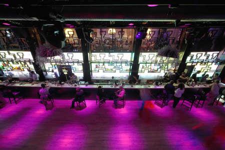 night club: MOSCA, RUSSIA - 28 agosto: Long pista da ballo vuota nei pressi di bar con le persone in condizioni di luce rosa al night club il 28 agosto 2010 a Mosca, Russia. In Russia ha registrato 1,5 mila night club per il 2010.