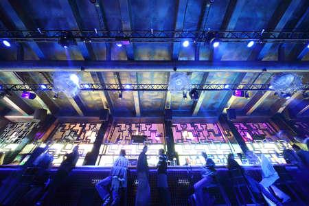 night club: MOSCA, RUSSIA - 28 agosto: Vista del soffitto e di un bar con la gente in luci blu al night club il 28 agosto 2010 a Mosca, in Russia. In Russia ha registrato 1.500 locali notturni per il 2010.