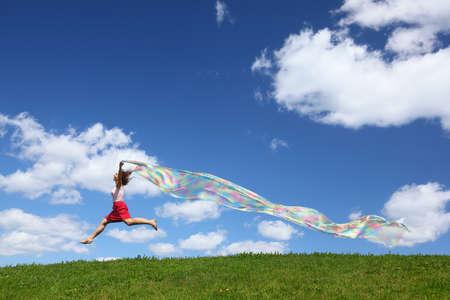風を開発している手で生地の部分と空にハエの女性