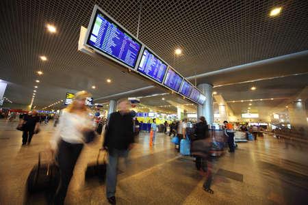 cronograma: MOSCÚ - 10 de junio: La gente que estaba cerca de la tablilla de anuncios en el aeropuerto de Domodedovo 10 de junio 2010 en Moscú. Aeropuerto de Domodedovo - el aeropuerto más grande y moderna de Rusia Editorial