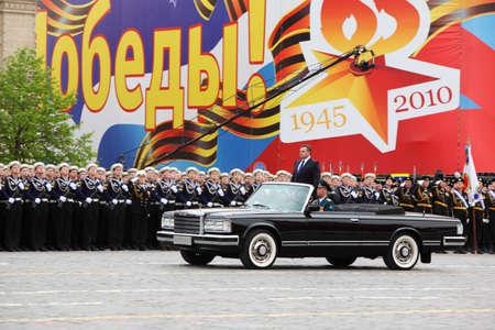 batallón: MOSCÚ - 06 de mayo: El ministro de Defensa Anatoli Serdyukov, se encuentra en el coche cerca de los soldados durante el ensayo del desfile en honor de la victoria de la Gran Guerra Patria el 6 de mayo de 2010 en Moscú, Rusia