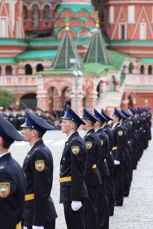 batallón: MOSCÚ - 06 de mayo: Los soldados del presidente regimiento de pie en las materias primas y participar en los ensayos en honor de la victoria de la Gran Guerra Patria en la Plaza Roja el 6 de mayo de 2010 en Moscú, Rusia
