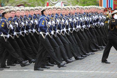 batallón: MOSCÚ - 06 de mayo: El rango de los soldados de la marina de marzo en el ensayo del desfile en honor de la victoria de la Gran Guerra Patria en la Plaza Roja el 6 de mayo de 2010 en Moscú, Rusia Editorial