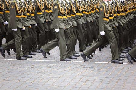 batallón: MOSCÚ - 06 de mayo: los soldados no identificados en el ensayo oficial de la marcha del desfile en honor de la victoria de la Gran Guerra Patria en la Plaza Roja el 6 de mayo de 2010 en Moscú, Rusia