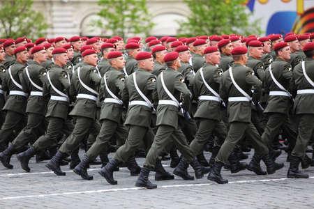 boinas: MOSC� - 06 de mayo: los soldados de la misi�n en Spesial marr�n de marzo de boinas en los ensayos del desfile en honor de la victoria de la Gran Guerra Patria en la Plaza Roja el 6 de mayo de 2010 en Mosc�, Rusia