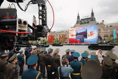 batallón: MOSCÚ - 06 de mayo: Los soldados y los tanques de participar en los ensayos en honor de la victoria de Gran Guerra Patria, registro de cámara de TV en la Plaza Roja el 6 de mayo de 2010 en Moscú, Rusia Editorial